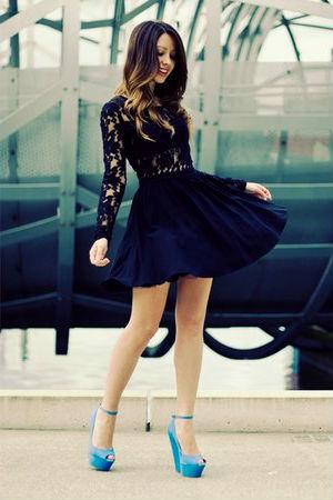 Черное платье с бирюзовыми туфлями