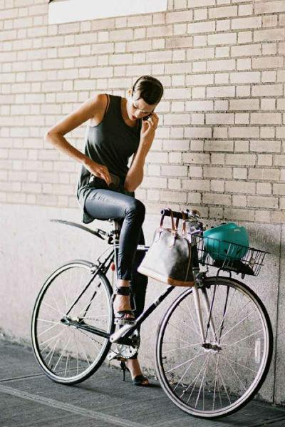 С чем носить кожаные брюки - лучшие модные луки (50 фото)