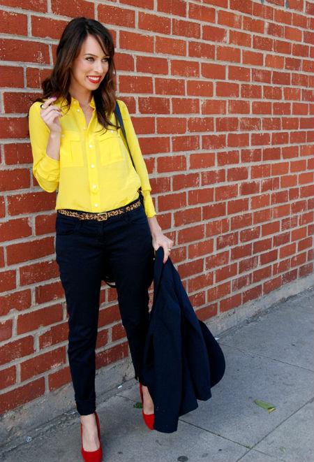Желтая блузка и черная юбка
