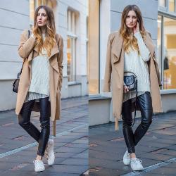 Сочетание пальто и кроссовок.