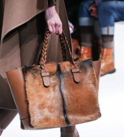 С чем носить меховую сумку.
