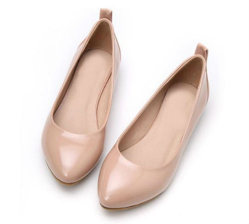 Бежевые лаковые балетки.