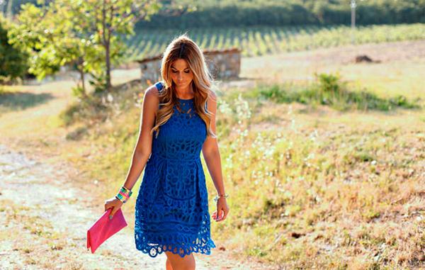 С чем носить синее платье.