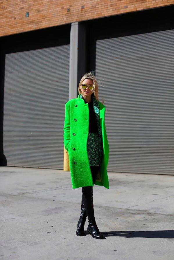 s-chem-nosit-zelenoe-palto-28