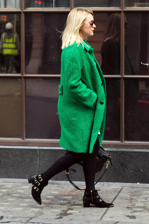 s-chem-nosit-zelenoe-palto-33