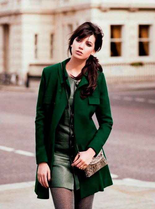 s-chem-nosit-zelenoe-palto-36