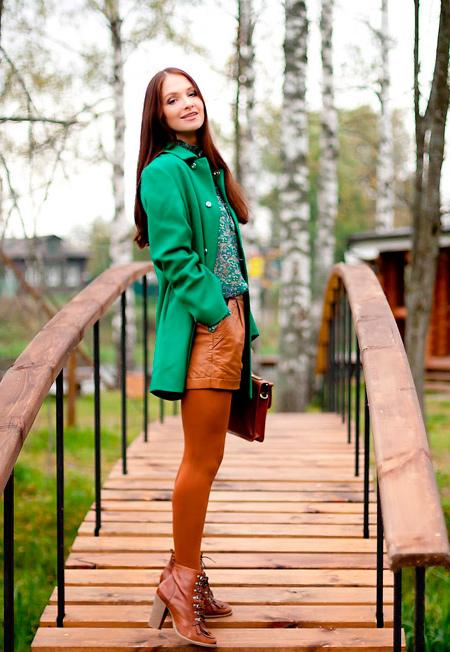s-chem-nosit-zelenoe-palto-51