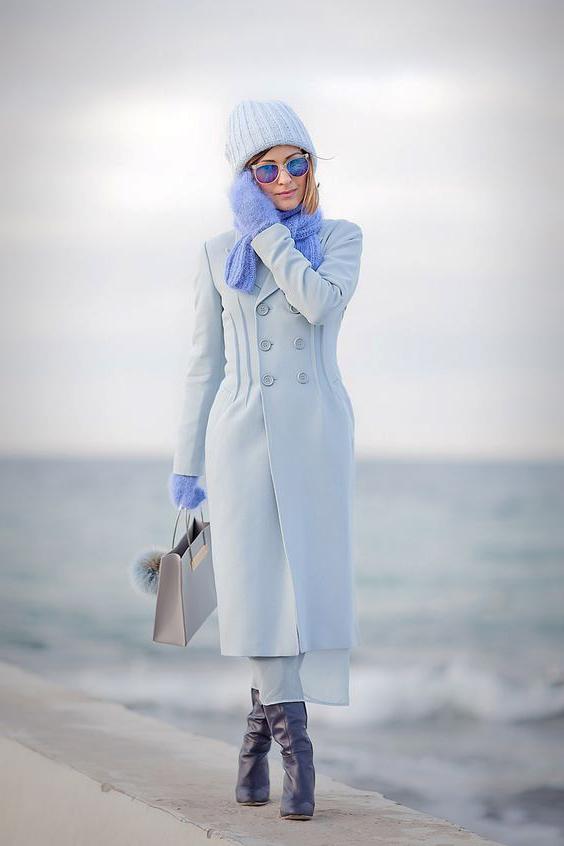 С чем носить голубое пальто.