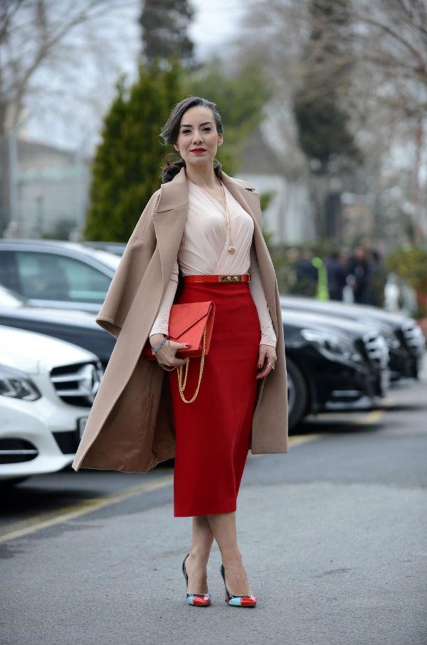 С чем носить красную юбку карандаш.