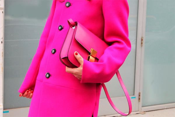 s-chem-nosit-rozovoe-palto-35