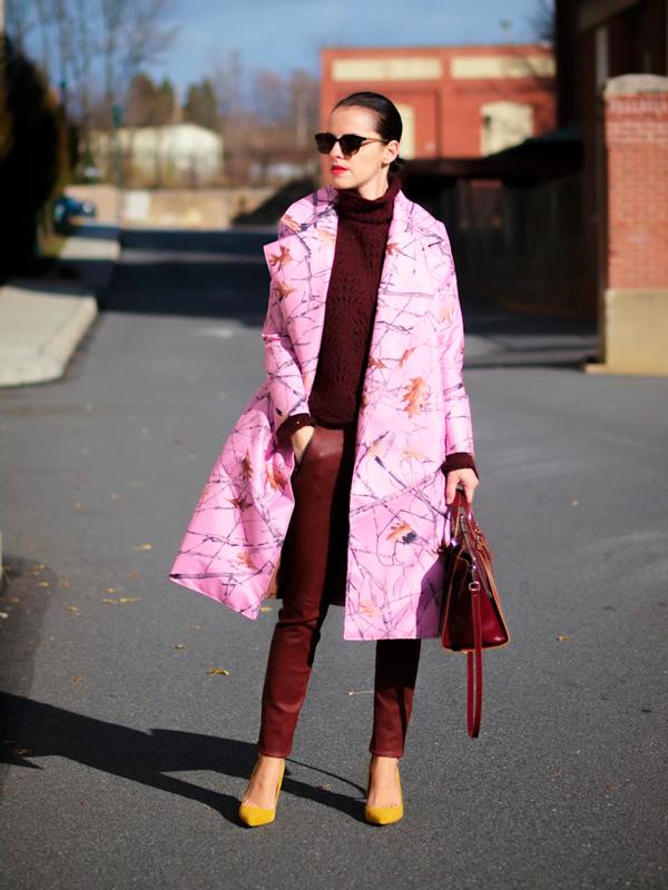 s-chem-nosit-rozovoe-palto-36