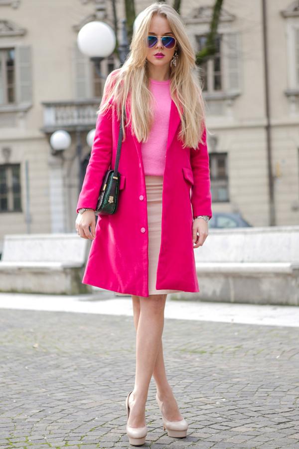 s-chem-nosit-rozovoe-palto-39