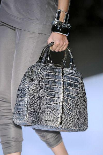 С чем носить серую сумку.