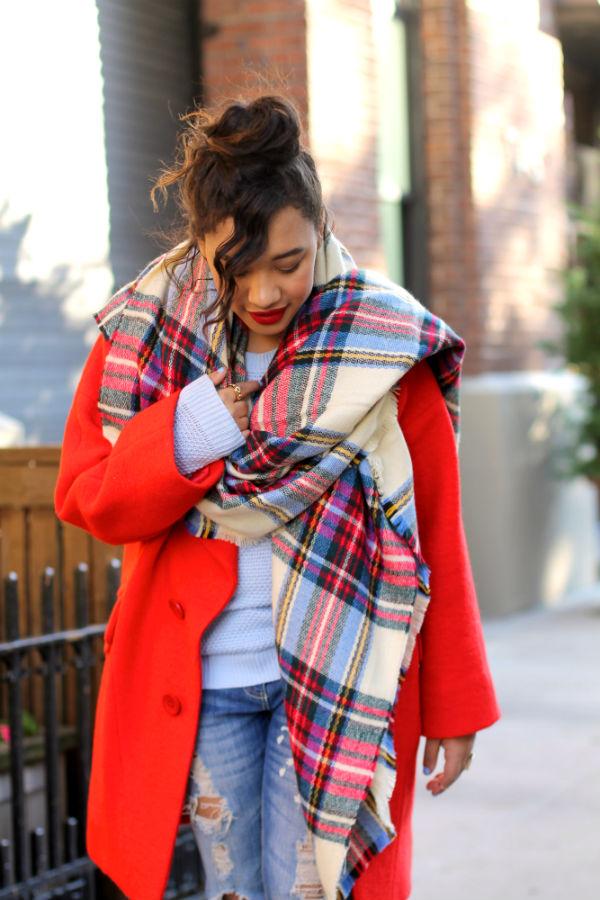 Шарф к красному пальто.