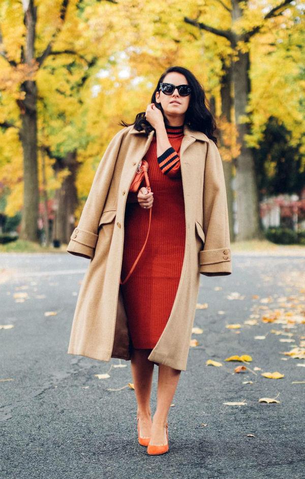 Пальто свободного кроя идеально смотрится с приталенным платьем.