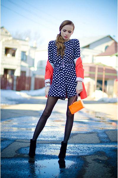 Кобинезон-шорты смотрится невероятно стильно.