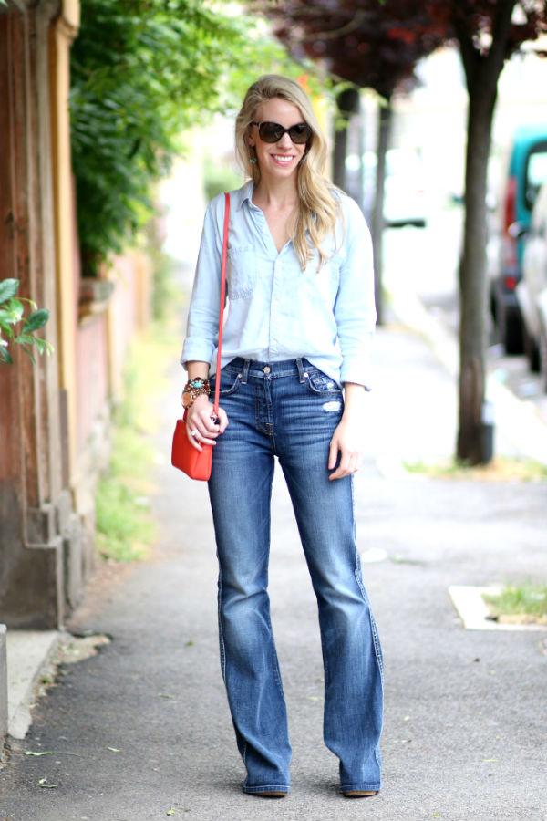 Джинсовая одежда идеально подходит к ярким элементам, вроде оранжевой сумки.