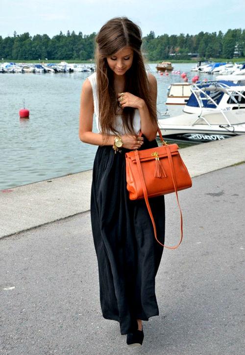 Темную юбку идеально оттенит яркая сумочка.