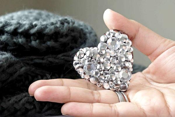 Как сделать брошь в виде сердца из кожзаменителя и страз