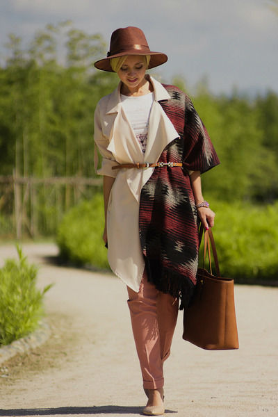 Коричневая сумка: фасоны и варианты сочетания с одеждой