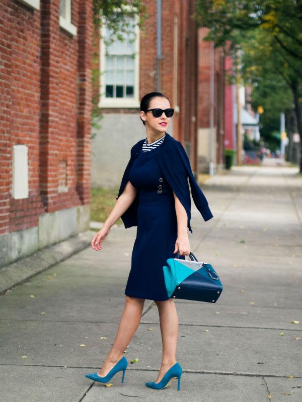 С чем сочетается голубая сумка: более 40 модных образов