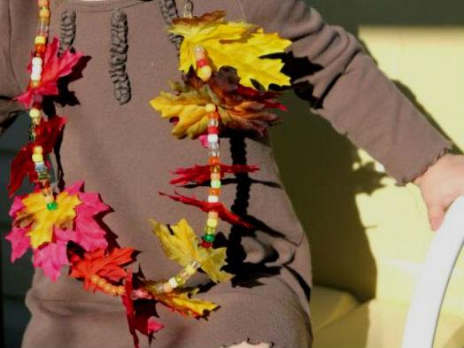 Детские осенние бусы из текстильных листочков и цветных бусинок