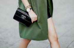 Зеленый плащ – яркая вещь модного женского гардероба