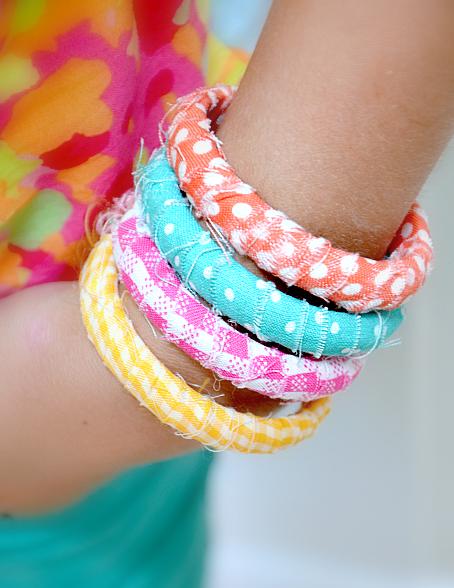 Как декорировать браслет-кольцо лоскутками ткани без обработки краев