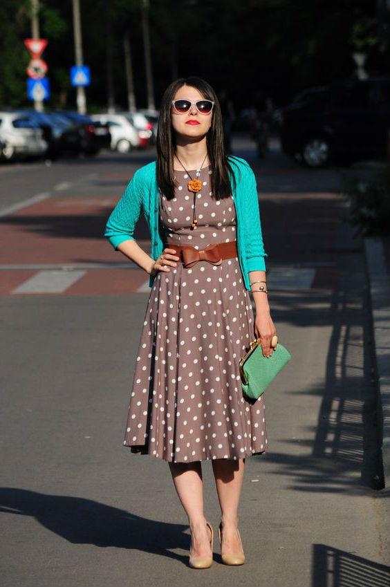 Платье в горошек коричневого цвета.