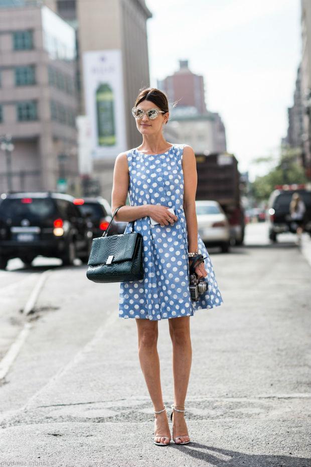 Бело-голубое платье в горошек.