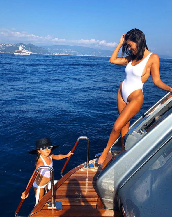 Новое фото Кортни Кардашьян вызвало неодобрение у ее бойфренда Юнеса Бенджима
