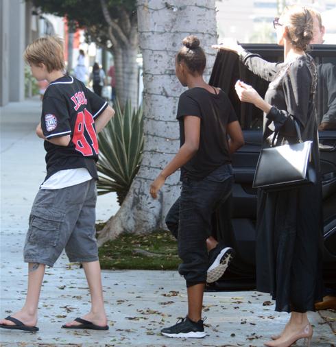 Анджелина Джоли снова прошлась с детьми по магазинам