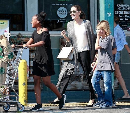 Анджелина Джоли в отличном настроении вместе с детьми сходила за покупками
