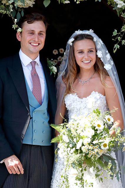 Неловко вышло: нижнее белье Меган Маркл и дырявый туфель принца Гарри на свадьбе у друзей