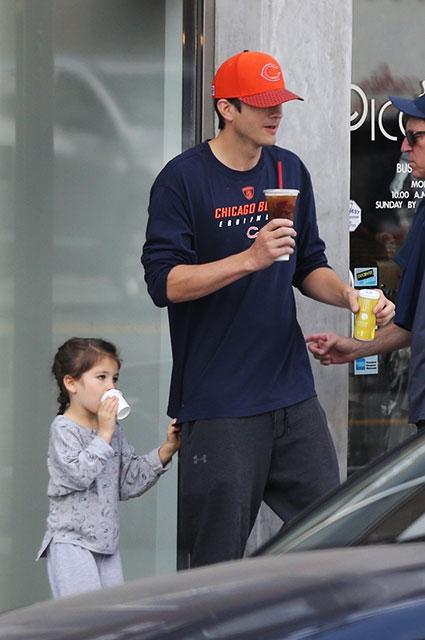 Семейная прогулка: Эштон Катчер с Милой Кунис и двумя детьми прогулялся по Беверли-Хиллз