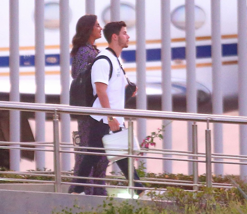 Ник Джонас и Приянка Чопра замечены при посадке на частный самолет