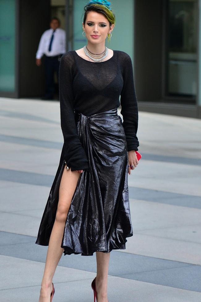 """Белла Торн пришла на презентацию триллера """"Я все еще вижу тебя"""" в модной юбке с высоким разрезом"""