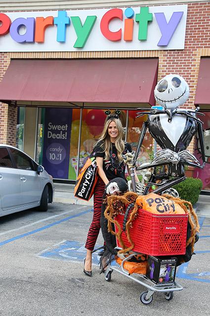 Хайди Клум уже готовится к Хэллоуину и скупила пол магазина тематических декораций