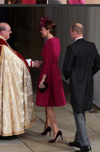 Кейт Миддлтон в ярком малиновом платье на свадьбе принцессы Евгении
