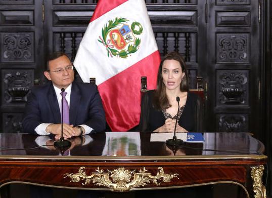 Анджелина Джоли посетила пресс-конференцию в Перу в платье с кружевным декольте