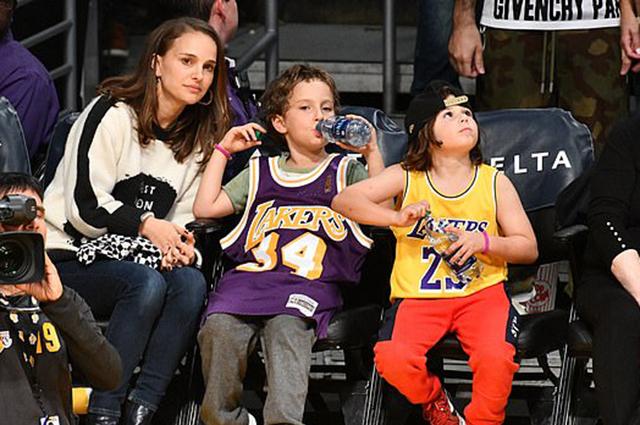Натали Портман вместе с 7-летним сыном побывала на баскетбольном матче