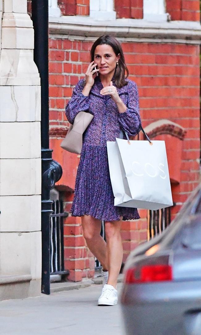 Беременная Пиппа Миддлтон гуляет по магазинам Лондона в легком платье и кроссовках