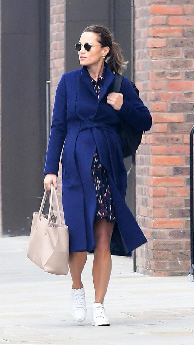Беременная Пиппа Миддлтон в синем пальто была замечена на центральном бульваре Лондона