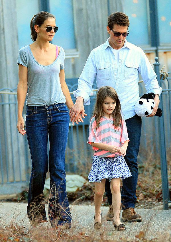Повзрослевшая дочь Тома Круза была замечена на прогулке с собаками