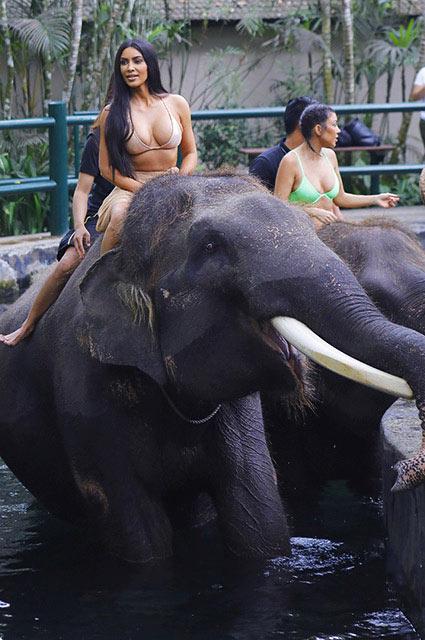 Ким Кардашьян отдохнула с семьей на Бали и покаталась на слоне