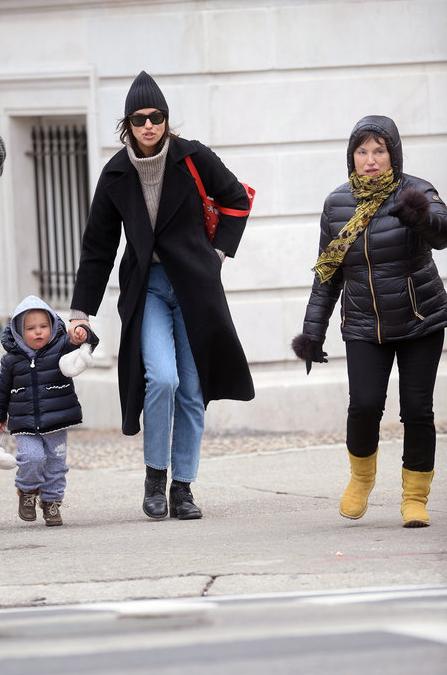 Ирина Шейк сводила маму и дочку в Нью-Йоркский зоопарк