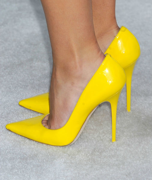Маникюр к желтому платью и черным туфлям