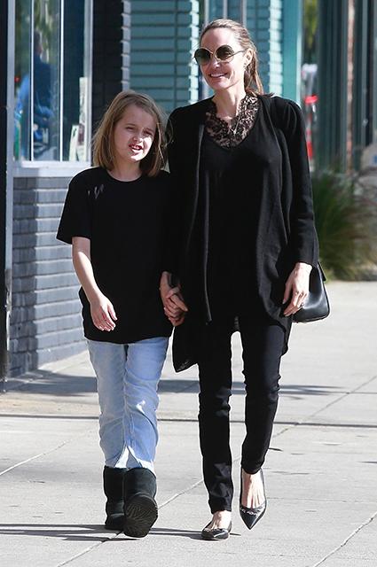 Анджелину Джоли заметили на прогулке с дочерью Вивьен