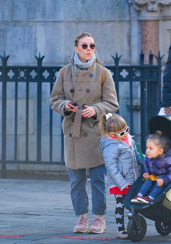 Скарлет Йохансон в компании дочери и подруги прогулялась по Нью-Йорку