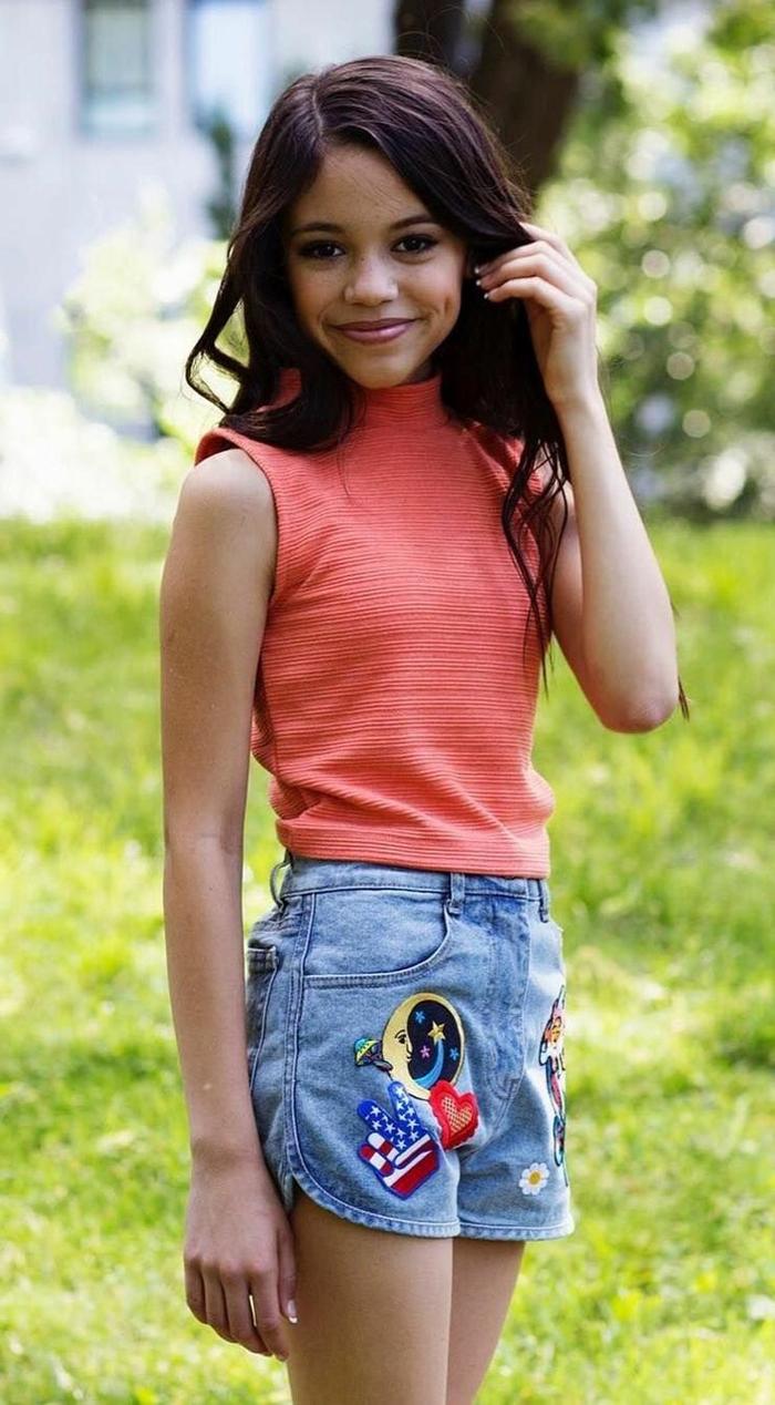 10 классных образов актрисы Дженны Ортега в шортах